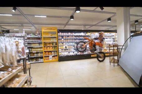 Herlings se mete en un supermercado con su KTM y le hacen luego limpiar el suelo