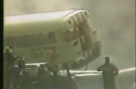 Autobús escolar salta sobre 20 motocicletas