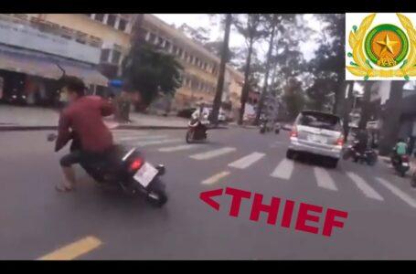¡La policía de Vietnam persigue a un ladrón en moto!